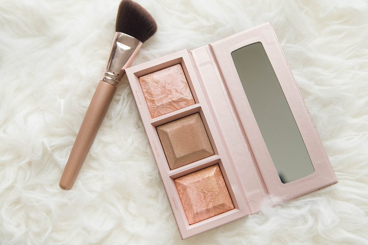 Houston beauty blogger Meg O. on the Go shares the best of bare minerals makeup - Crystalline Glow bronzer and highlighter palette