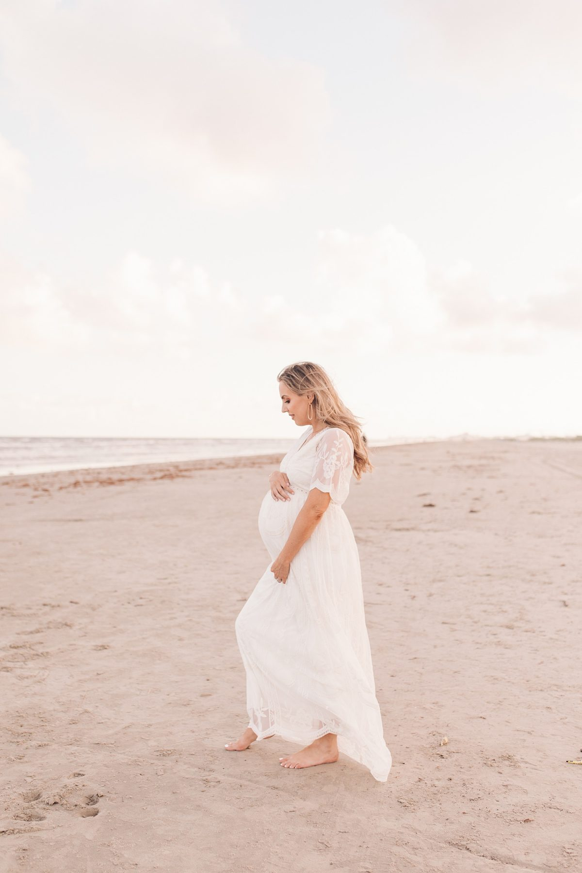 Houston mommy blogger Meg O. on the Go shares her beach maternity shoot - lots of maternity photo ideas